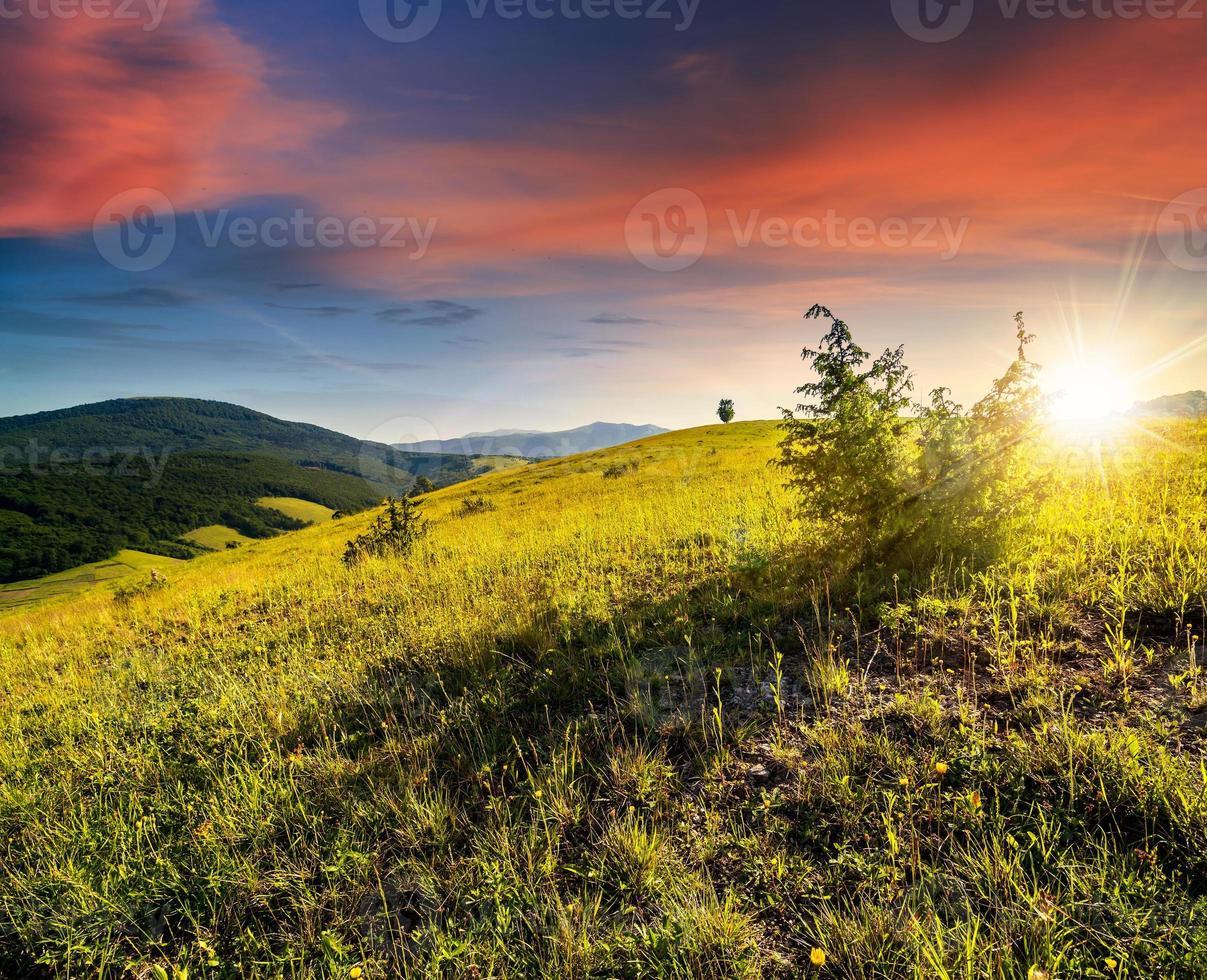 campo agrícola en las montañas al atardecer foto