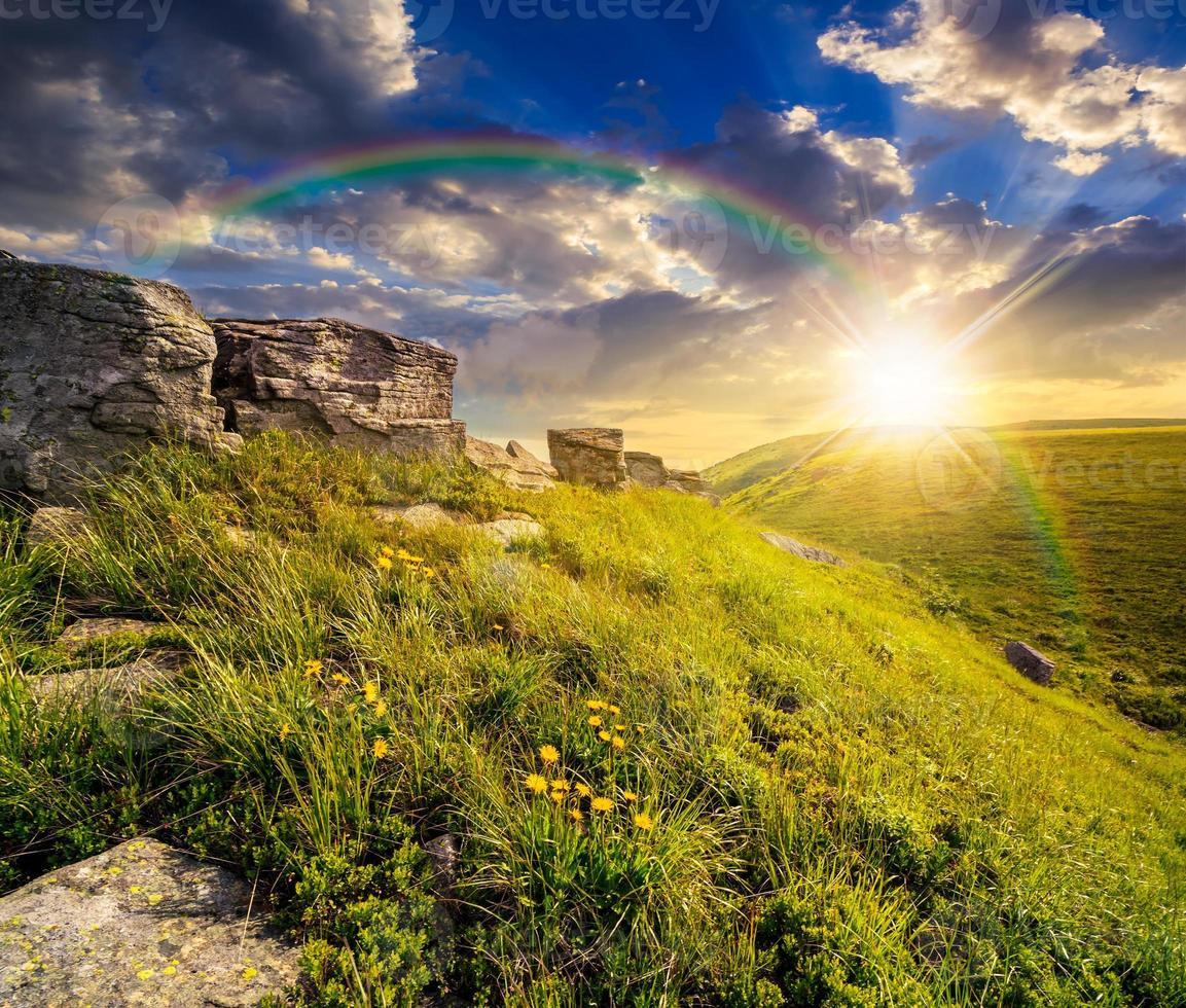 rocas en la ladera de las montañas altas al atardecer foto