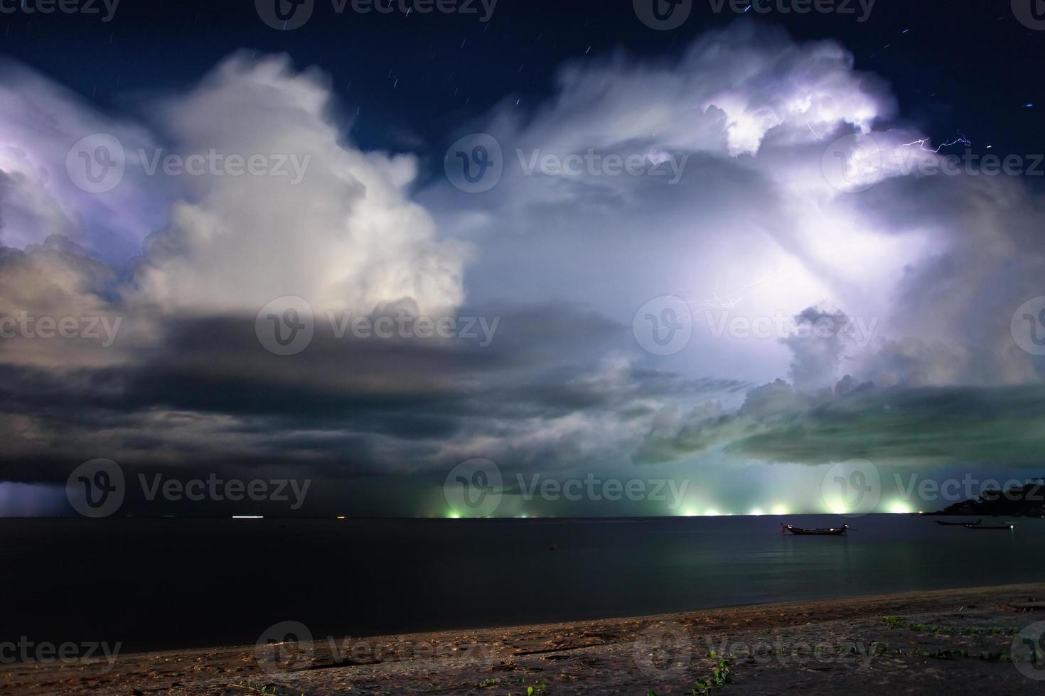 bliksem boven de zee. Thailand foto