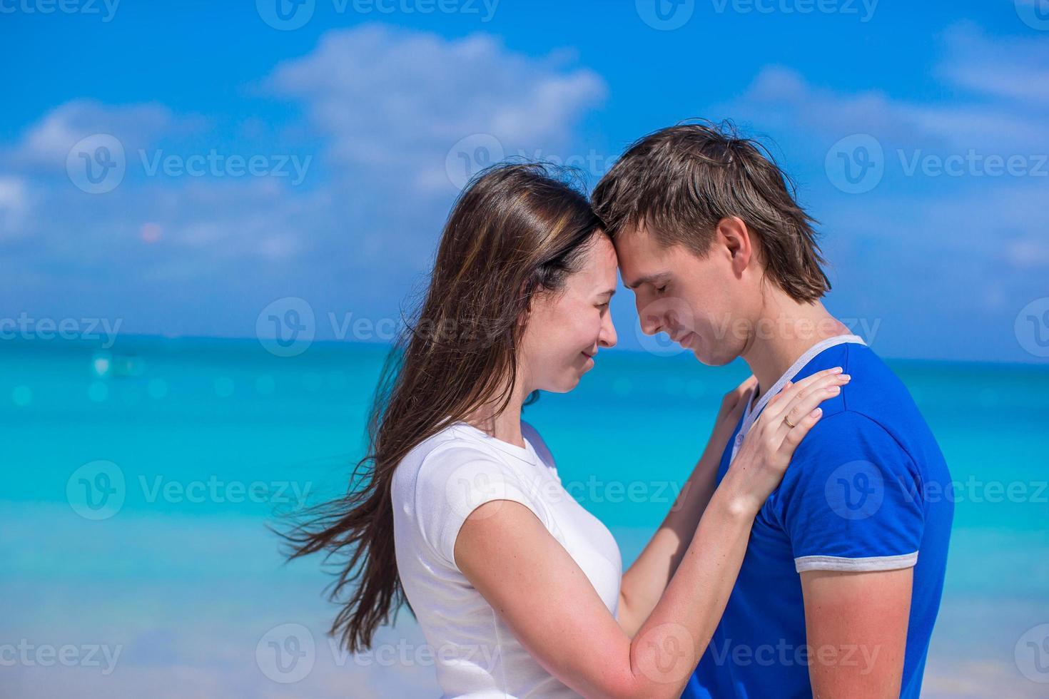 felice giovane coppia godendo le vacanze estive sulla spiaggia tropicale foto