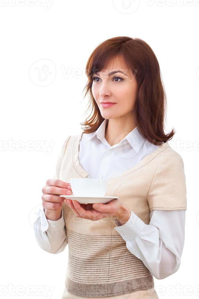 Mujer disfruta de su taza de té sobre fondo blanco. foto