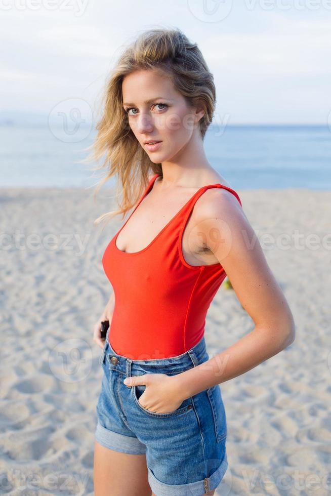 joven mujer bonita disfrutar de descansar en la soleada tarde de verano foto
