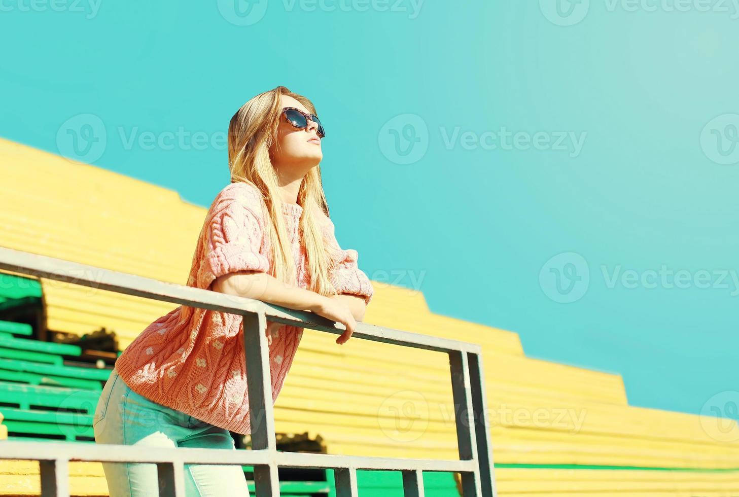 hermosa mujer de moda disfrutando día soleado sobre cielo azul foto