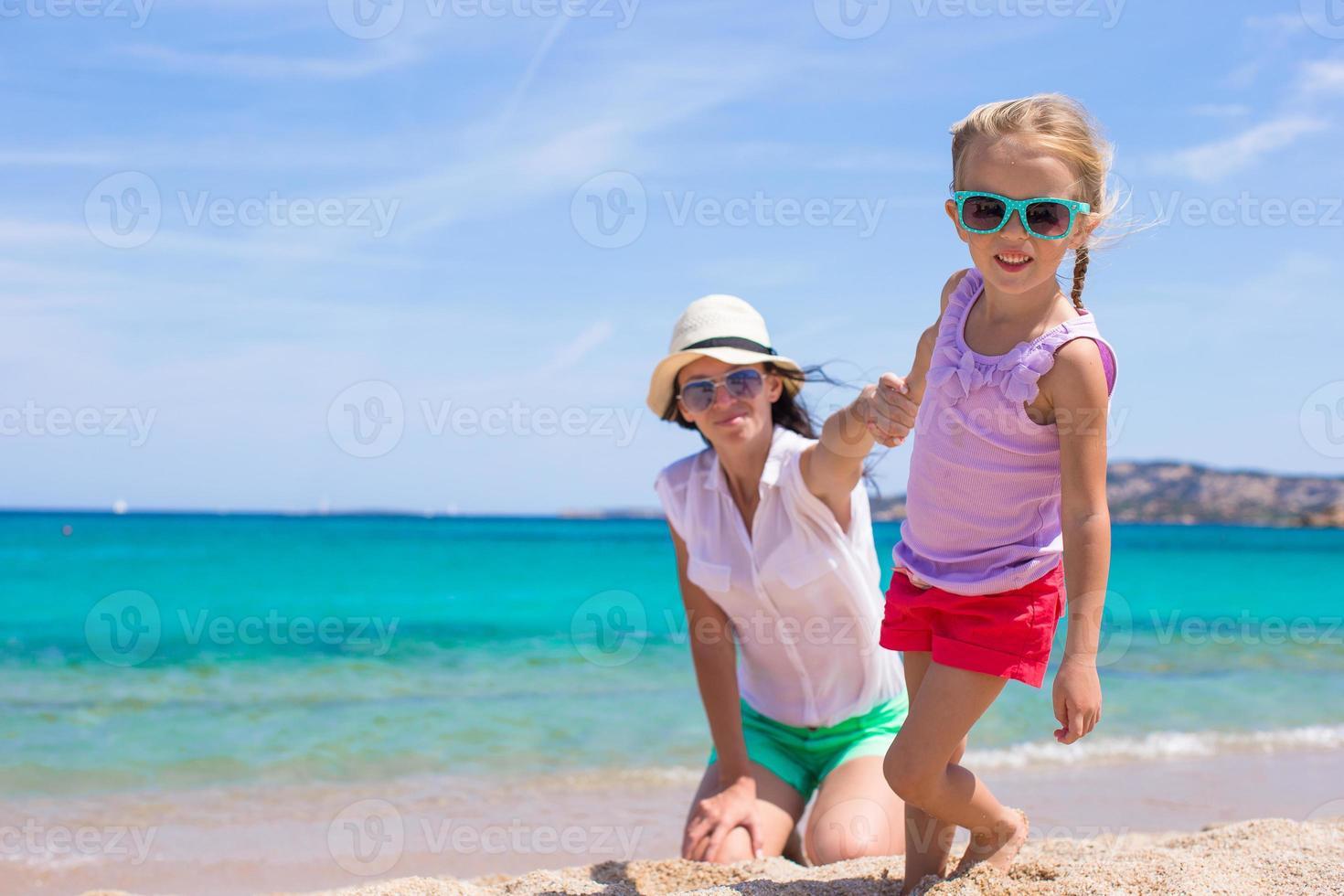 joven madre y su pequeña hija adorable disfrutan de las vacaciones de verano foto