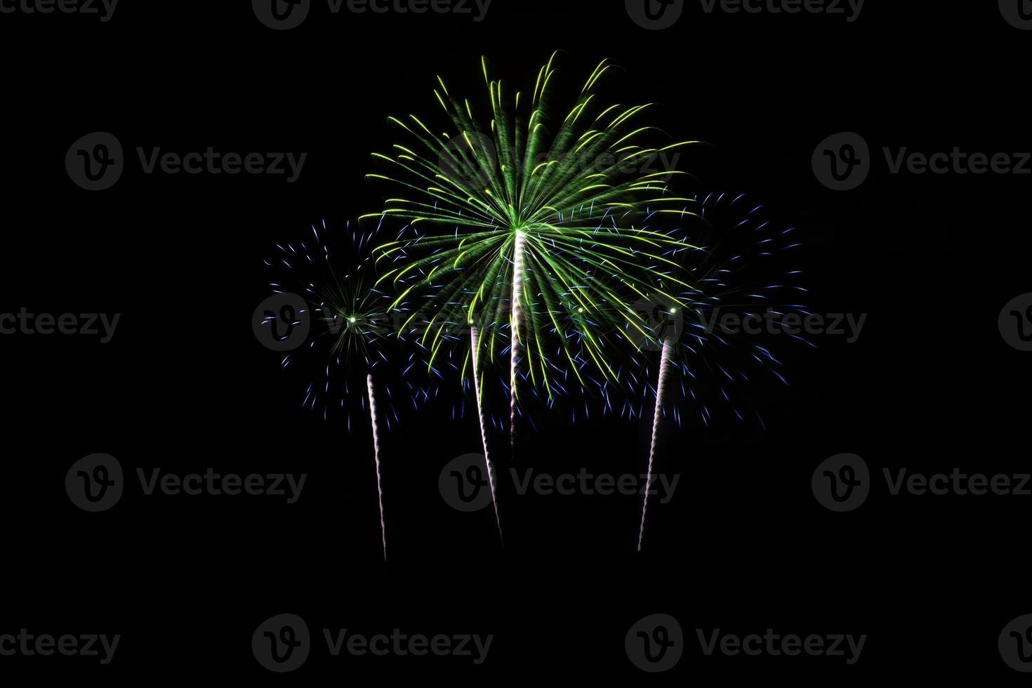 coloridos fuegos artificiales sobre cielo oscuro foto