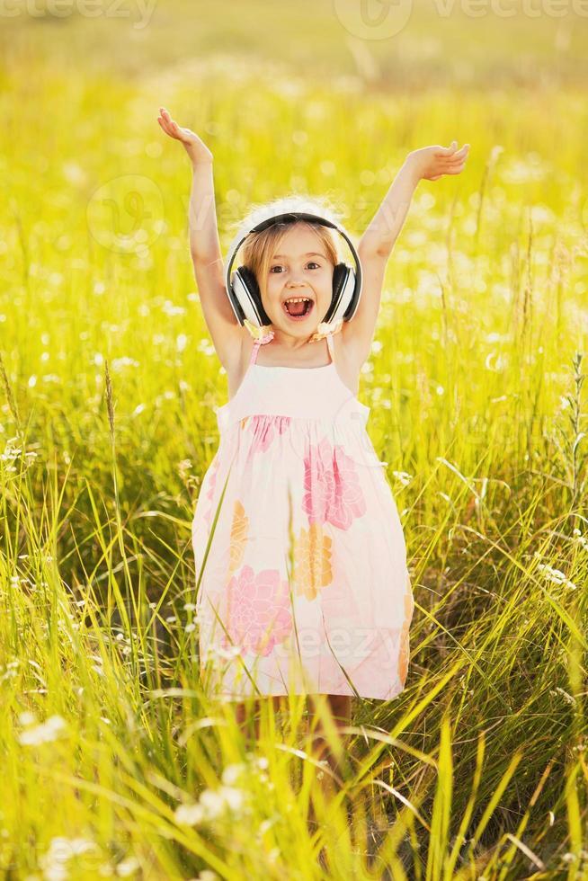niña feliz en la naturaleza foto