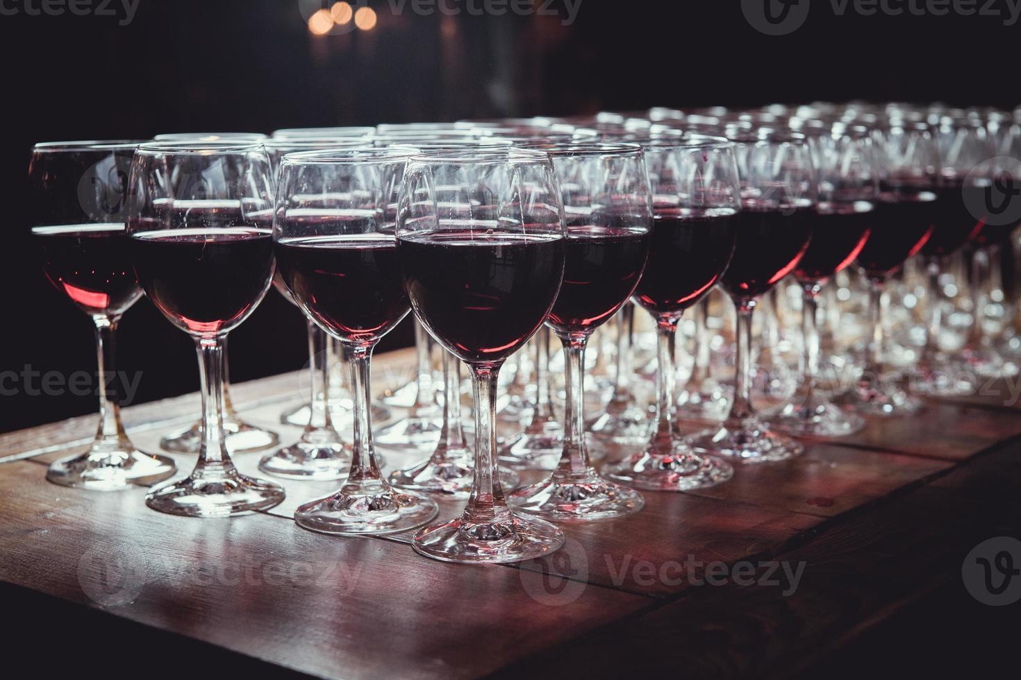 copas con vino en la mesa foto