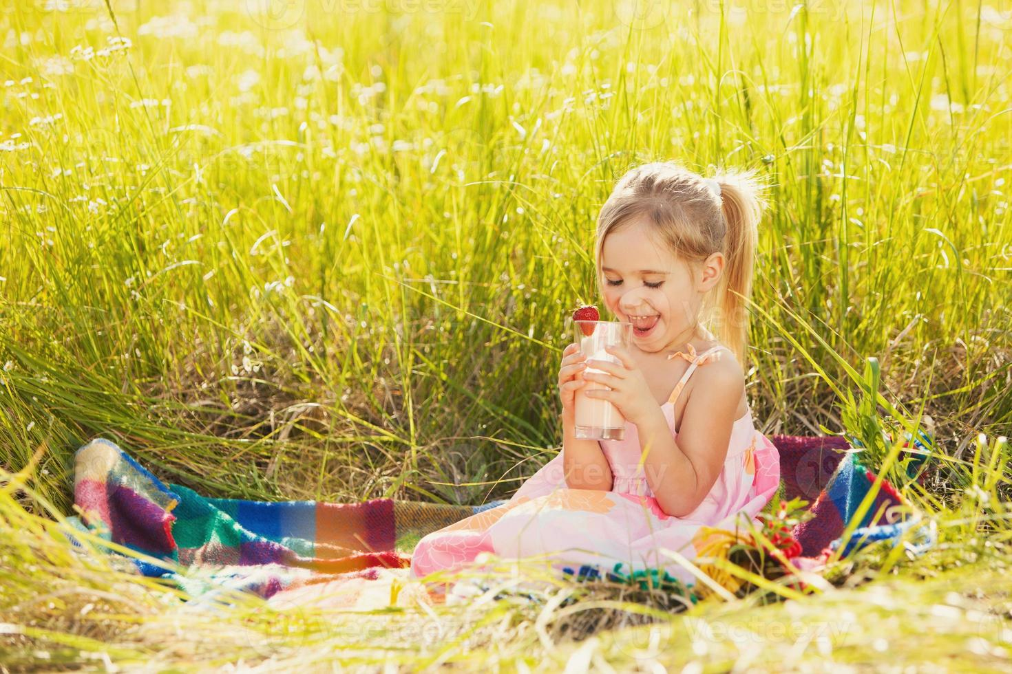 graciosa niña beber yogur foto