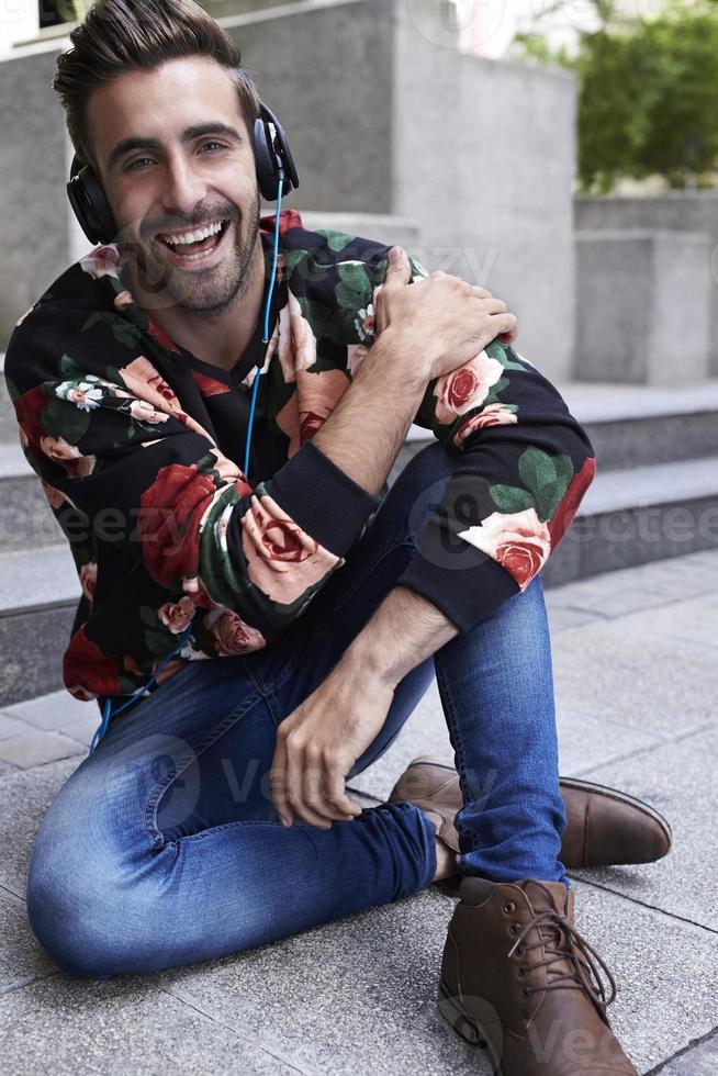 hipster disfrutando de la música foto