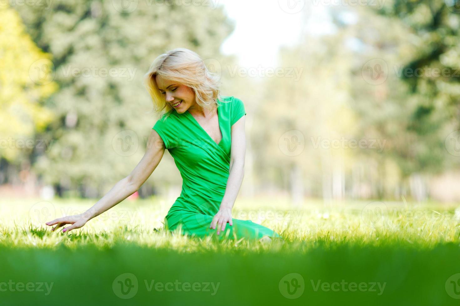 mujer disfruta de la naturaleza foto