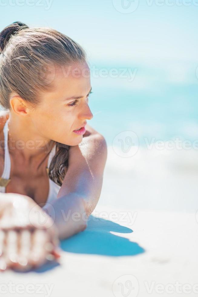 relajado joven tendido en el mar foto