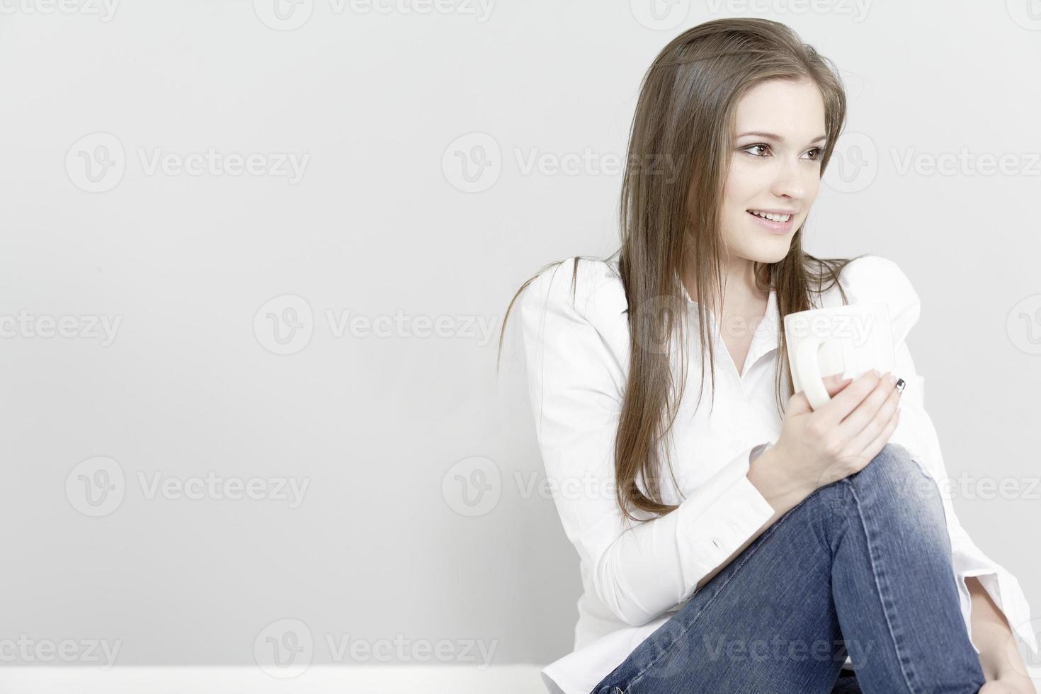 mujer disfrutando de un café foto