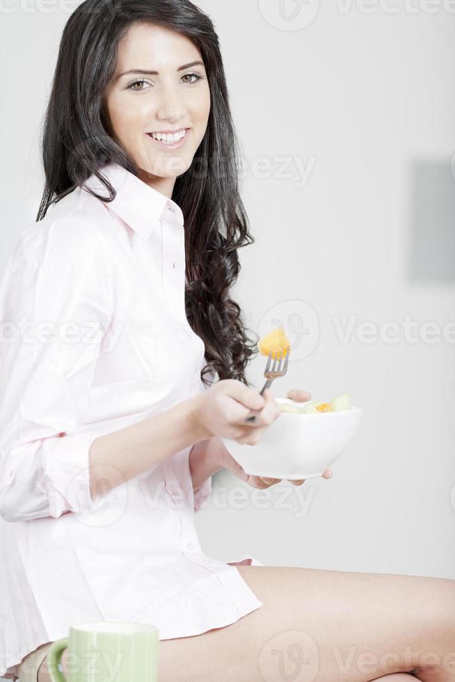 mujer joven que disfruta del desayuno foto