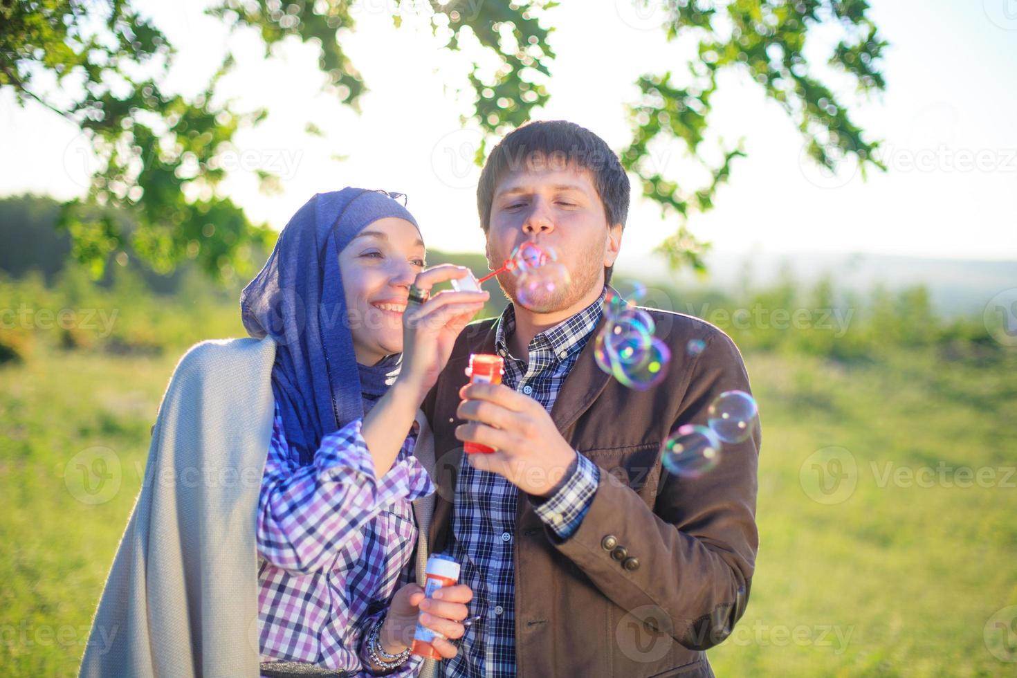pareja disfrutando el día foto