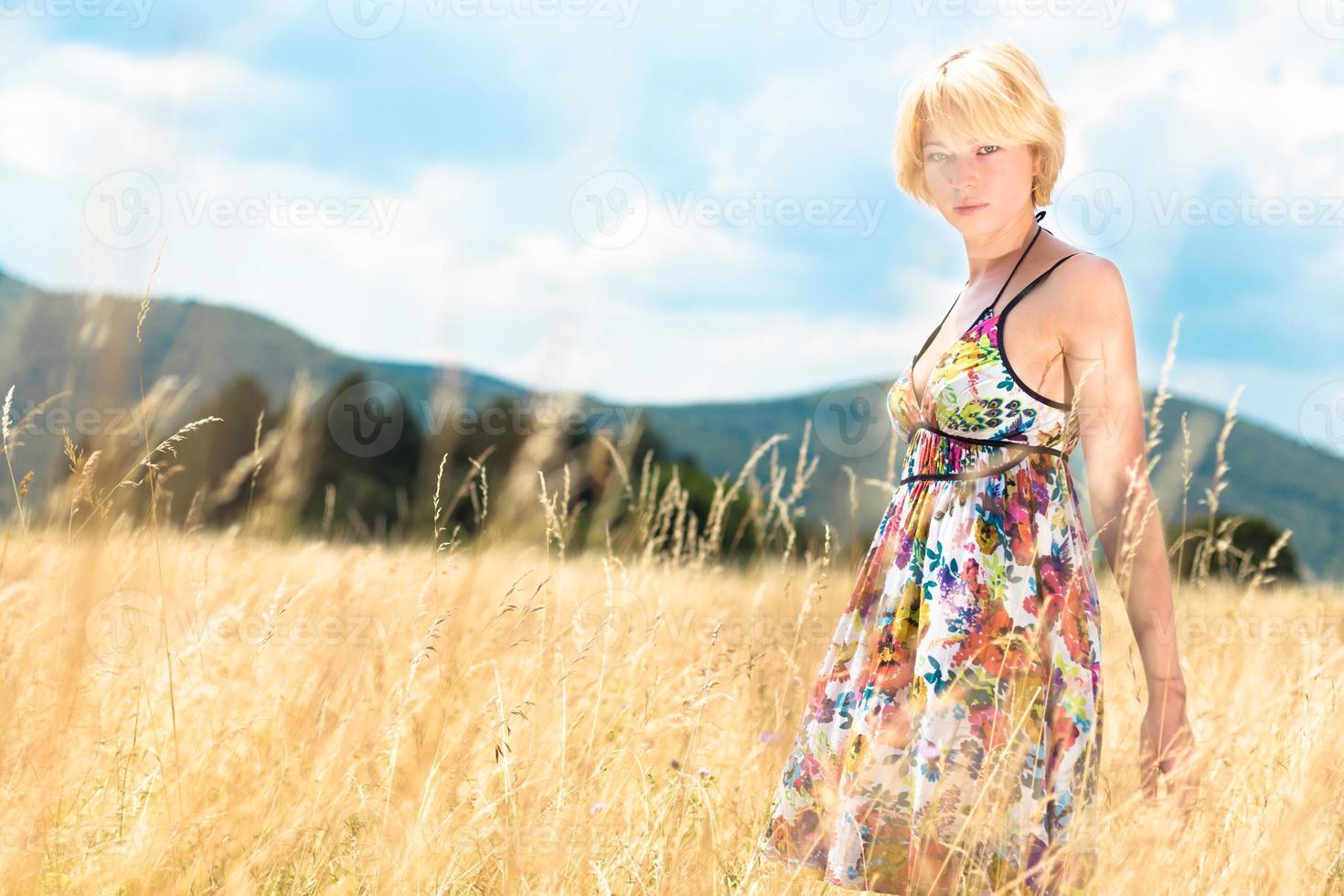 Mujer disfrutando de la naturaleza. foto