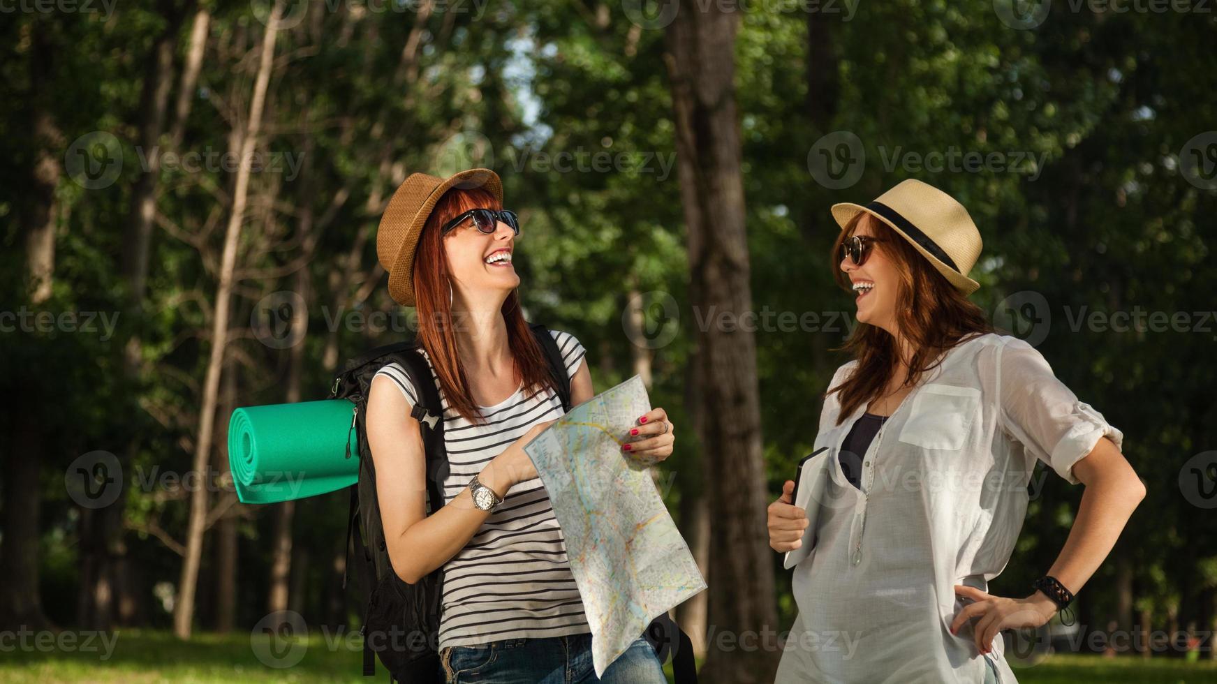 turistas disfrutando en la naturaleza foto