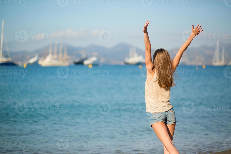 jovencita disfrutando de sus vacaciones junto al mar foto