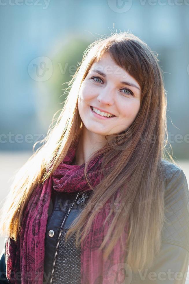 Chica disfrutando de su tiempo afuera en el parque con puesta de sol foto