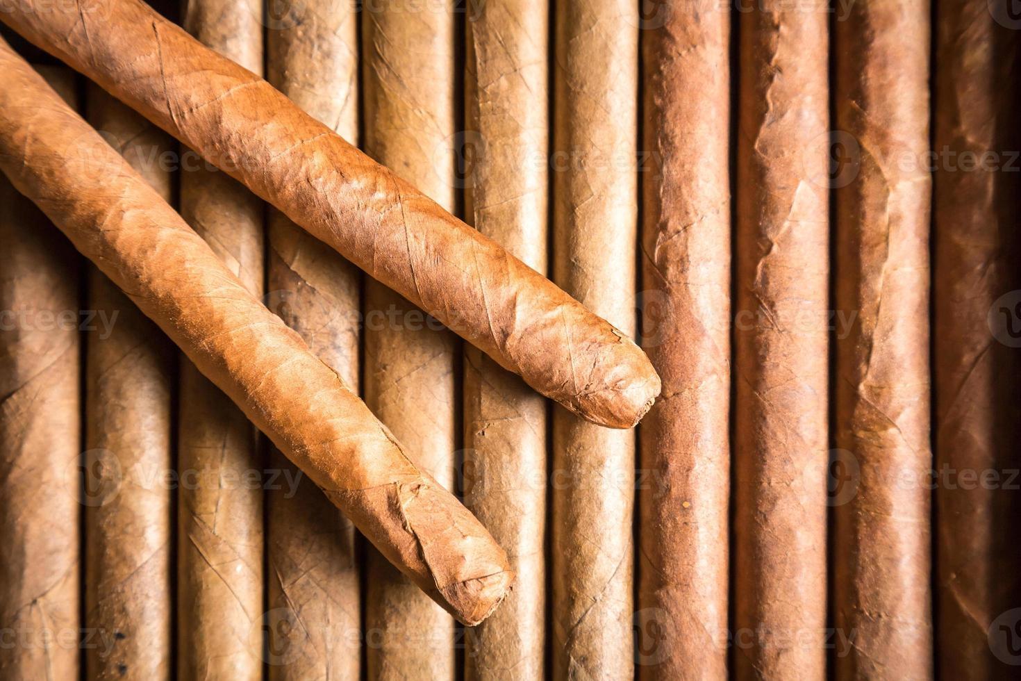 humidor de madera lleno de cigarros foto