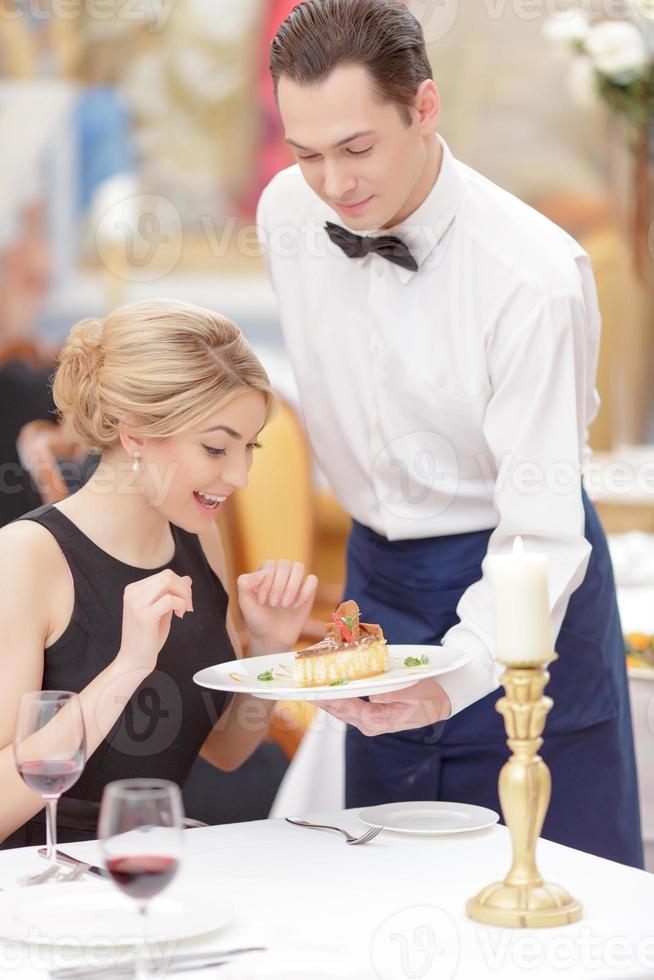 atractiva pareja visitando un restaurante de lujo foto