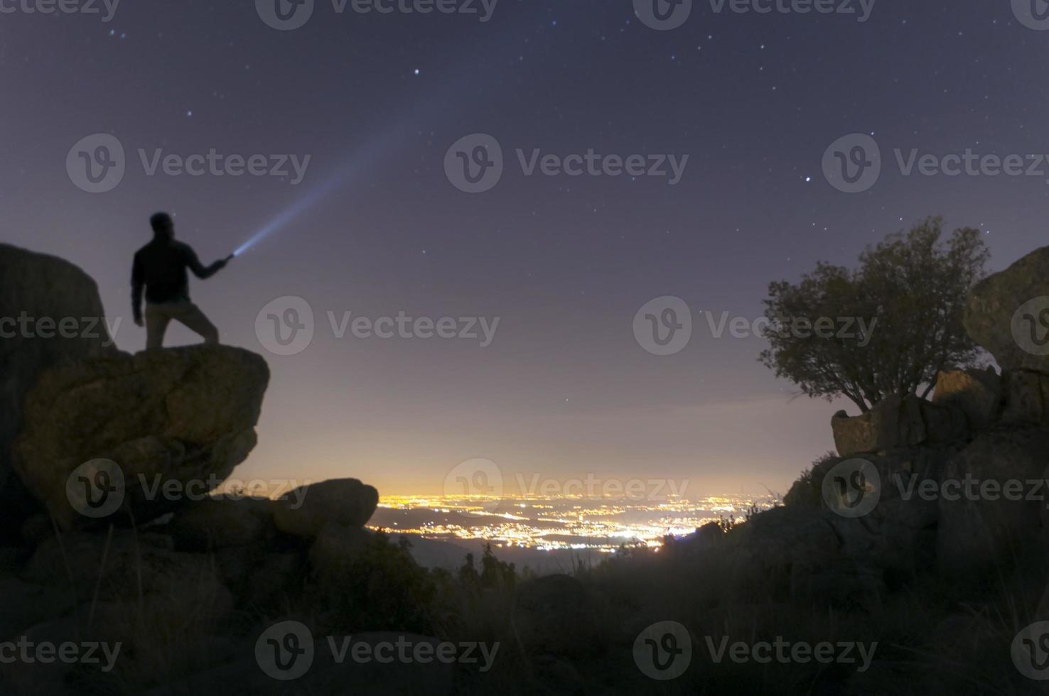mirando la ciudad desde la montaña en la noche-3 foto
