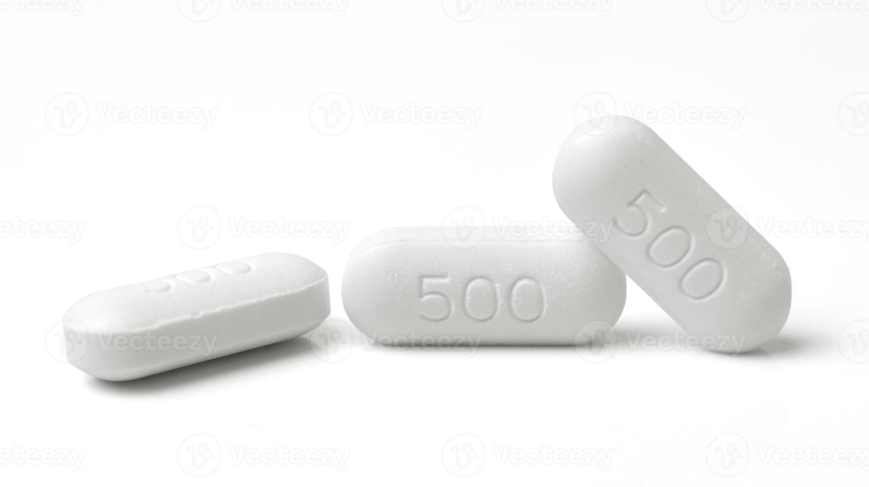 píldora médica comprimido aislado sobre fondo blanco foto