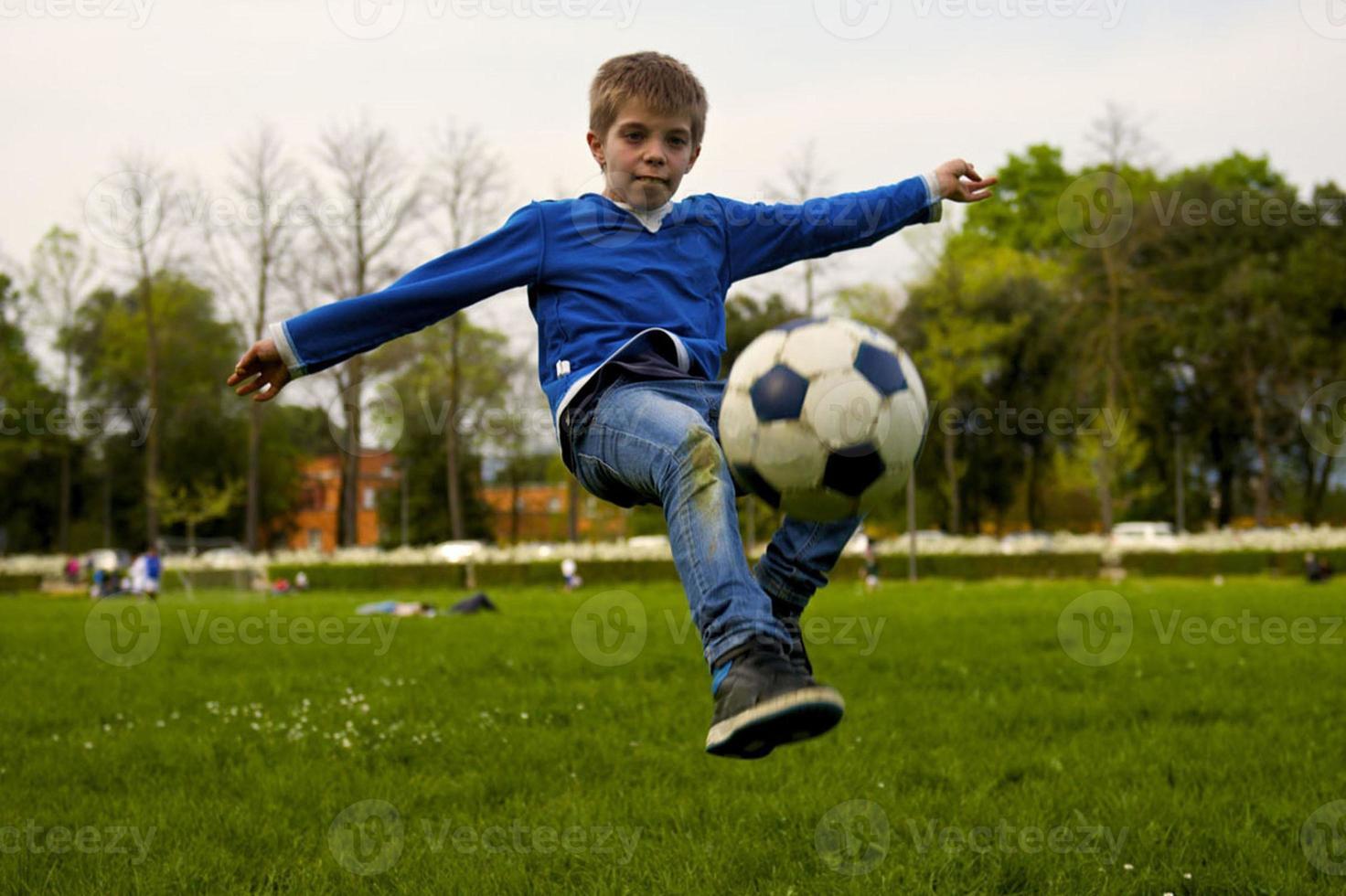 niño juega fútbol instantánea foto