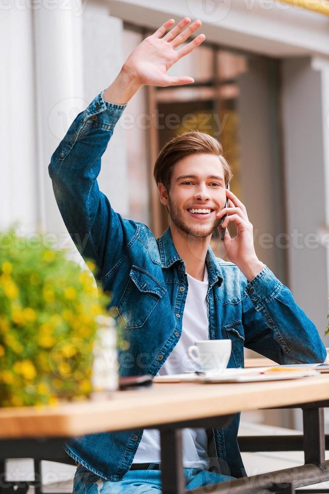 reunirse con sus amigos en la cafetería. foto