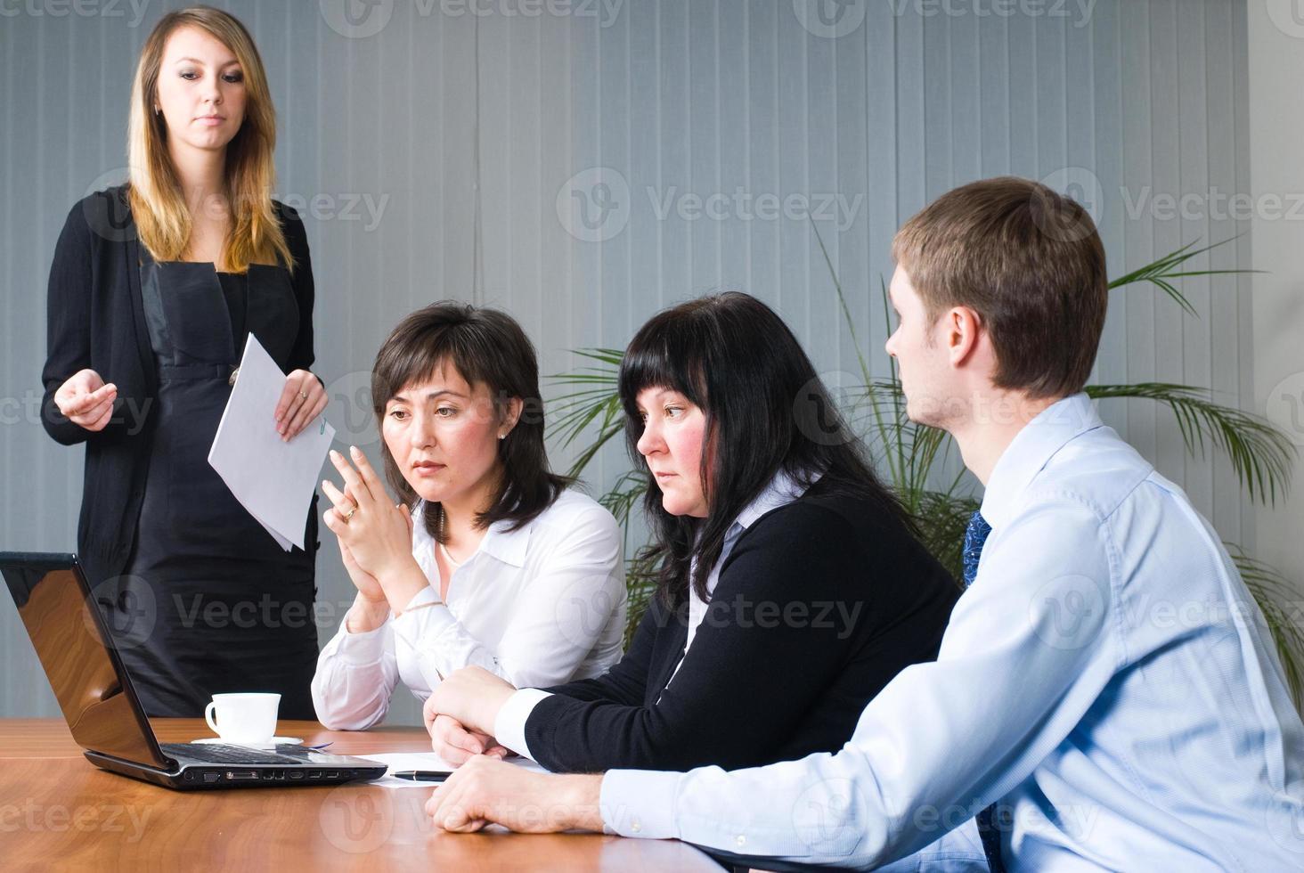 mujer haciendo presentación de negocios foto