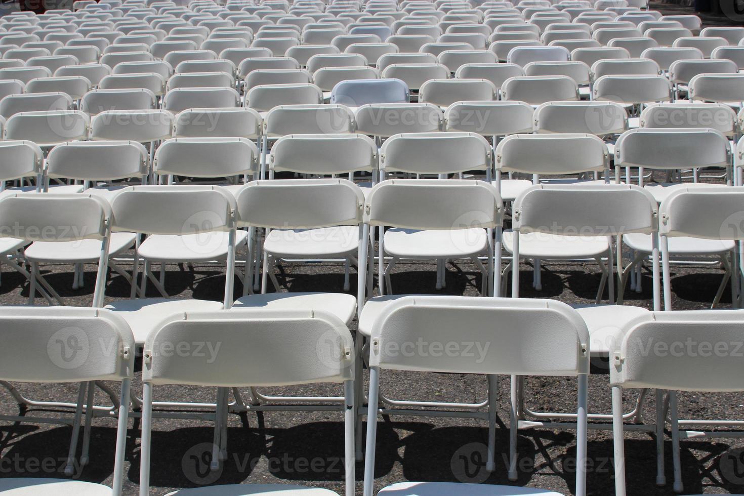 filas de sillas blancas plegables foto