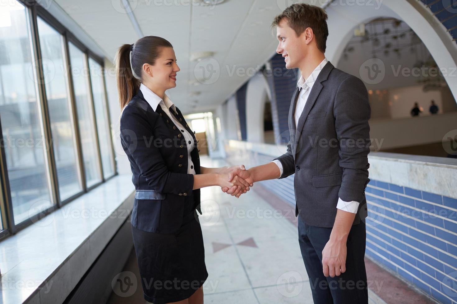 joven mujer de negocios y empresario hablando en el pasillo foto