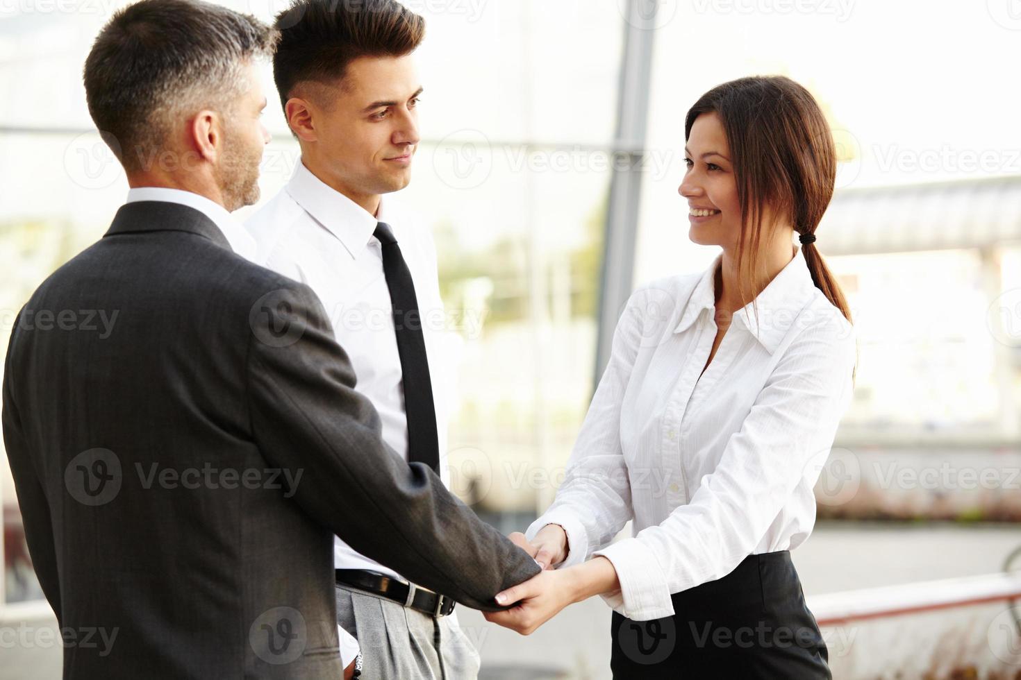 equipo de negocios la gente se da la mano para comunicarse entre sí foto