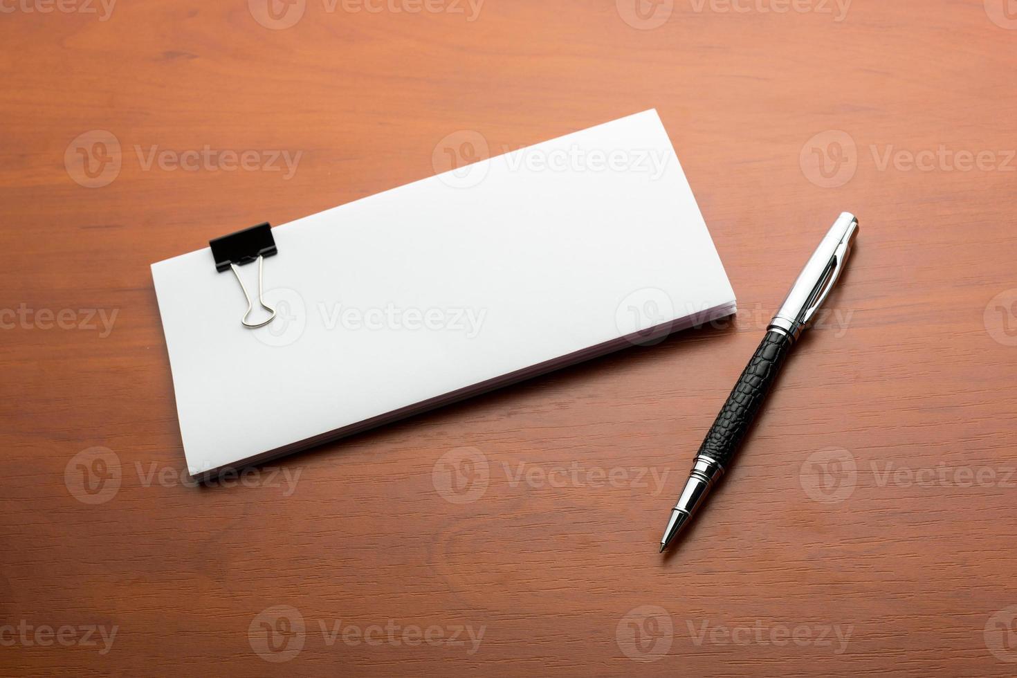 papeles y lapicera sobre la mesa foto
