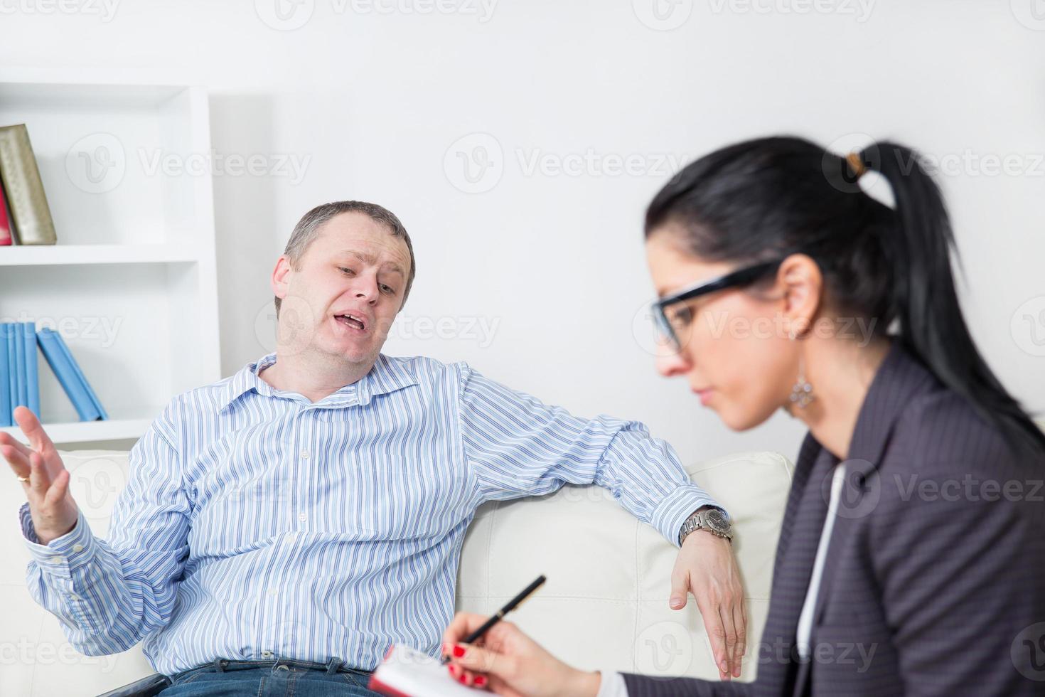 terapeuta durante la sesión foto