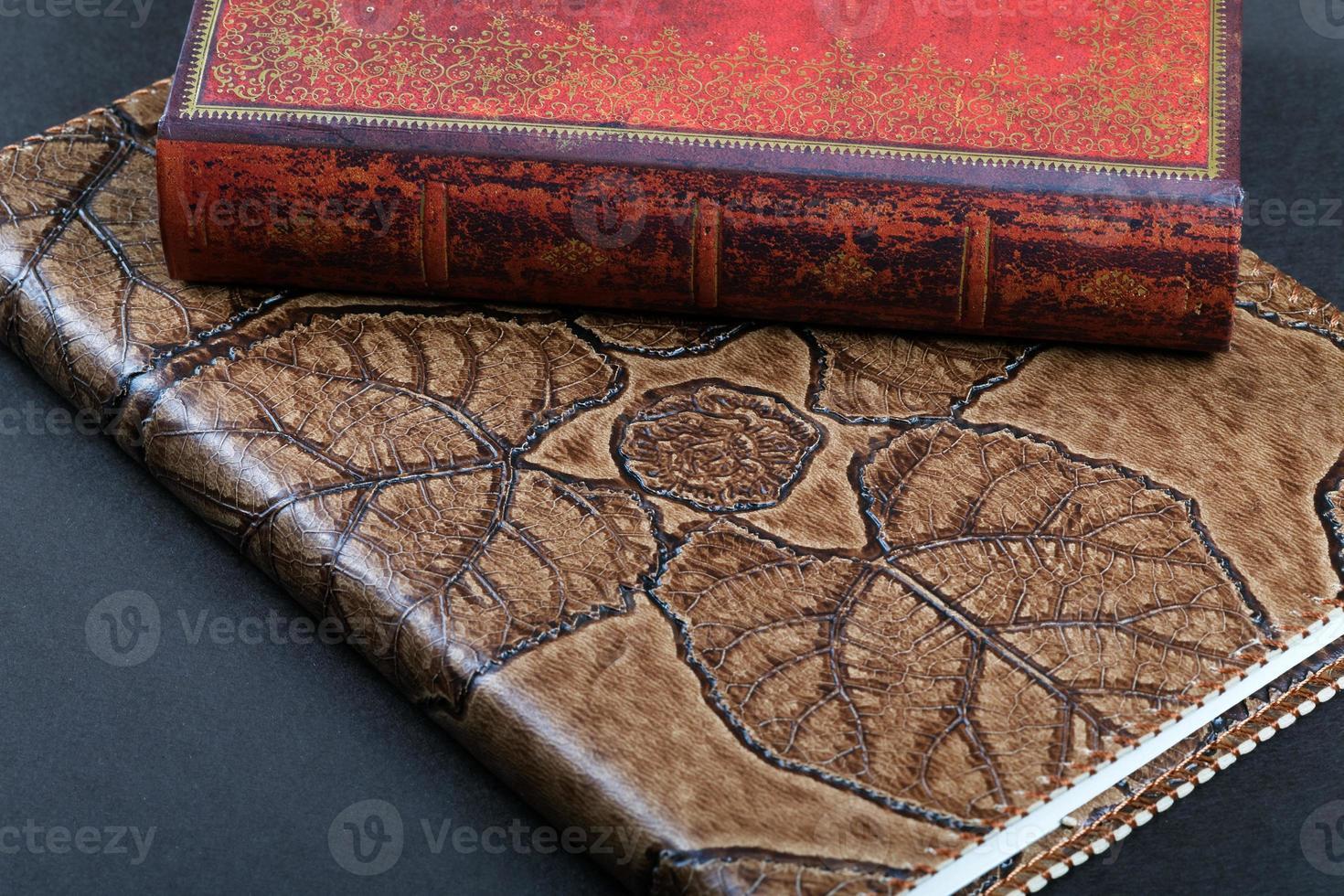 dos cuaderno de tapa de cuero sobre la mesa foto