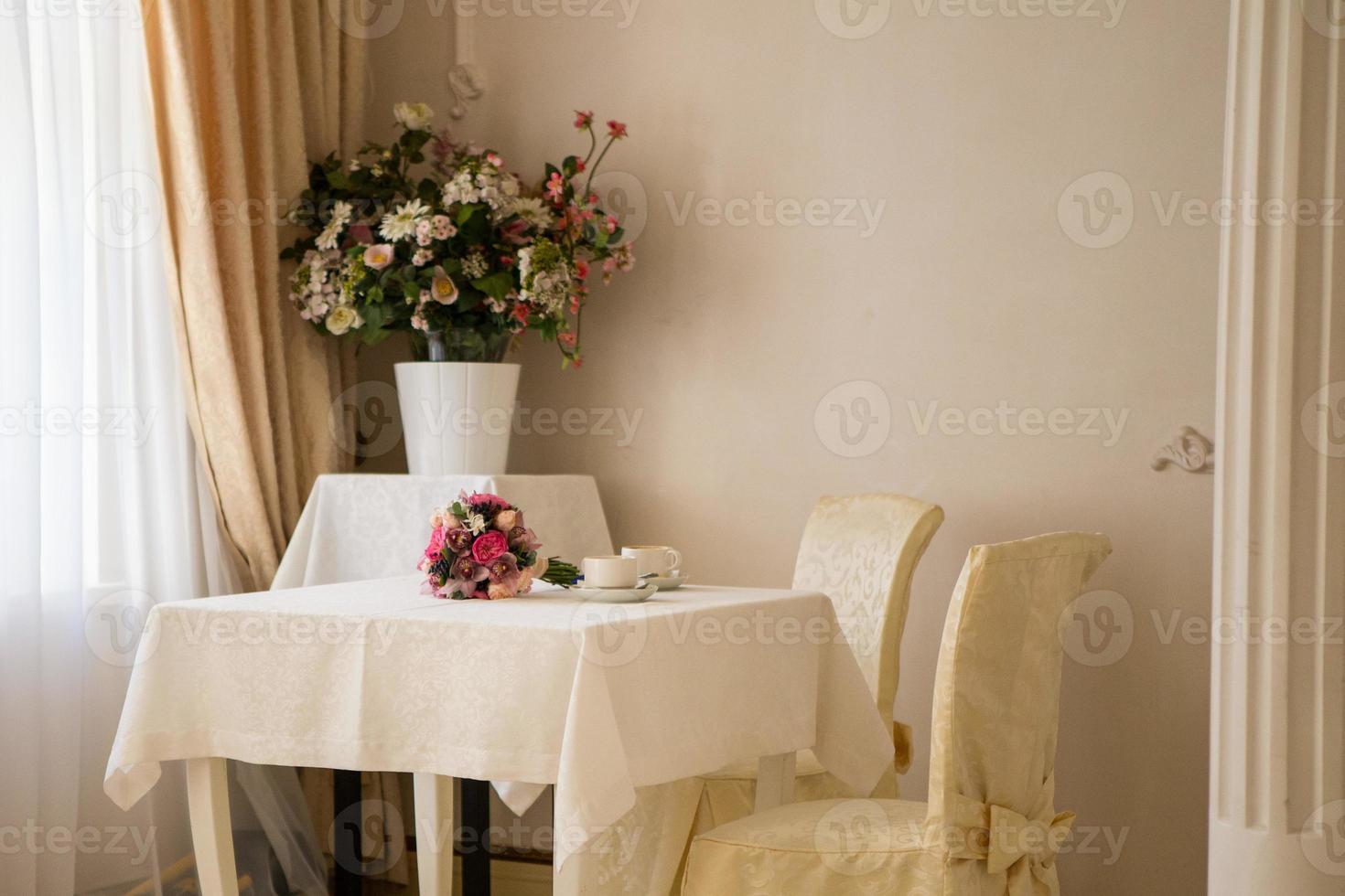 ramo de novia de peonías y café foto