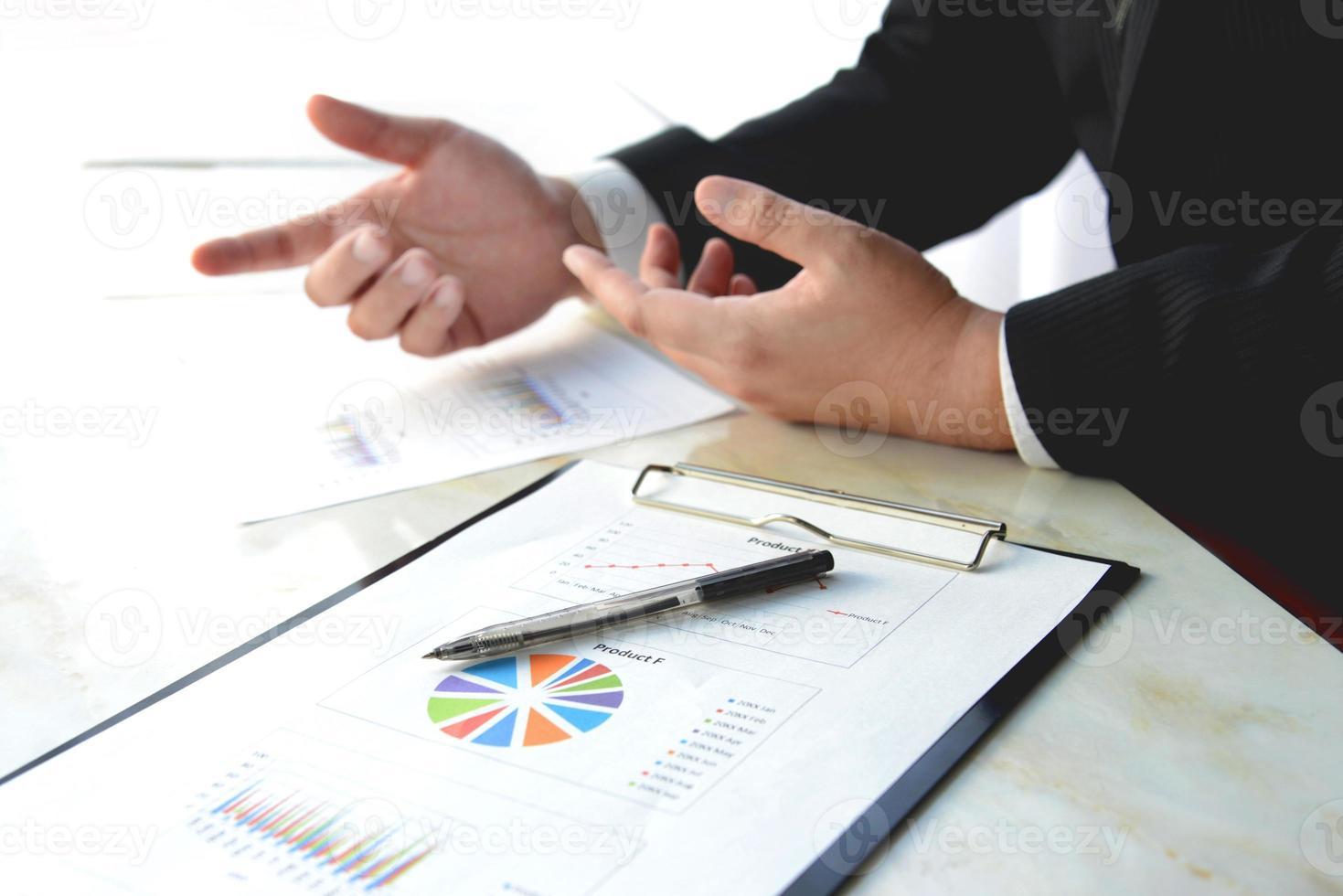 pluma y gráfico de negocios en reuniones de negocios foto