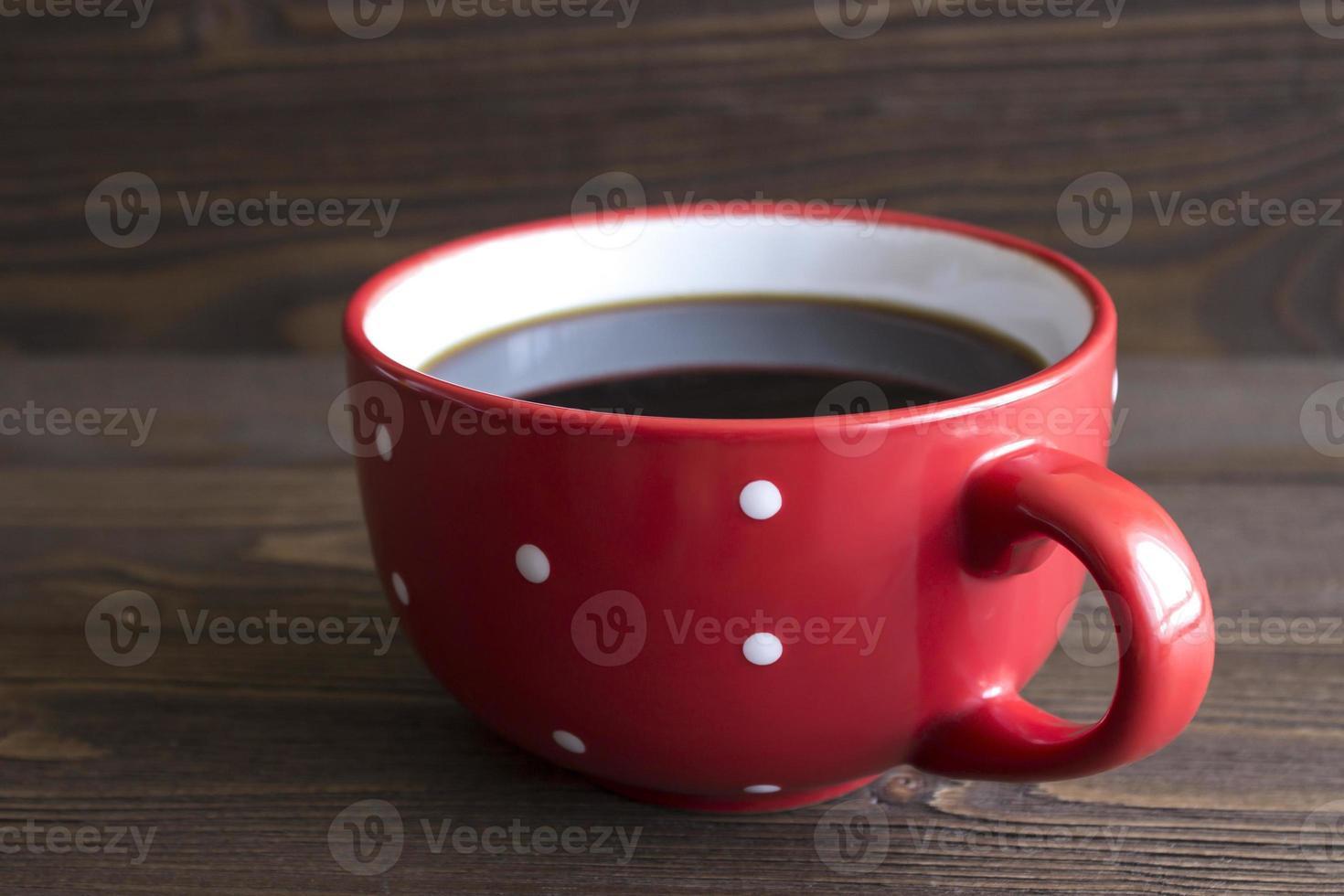 taza de café de cerámica roja con lunares foto