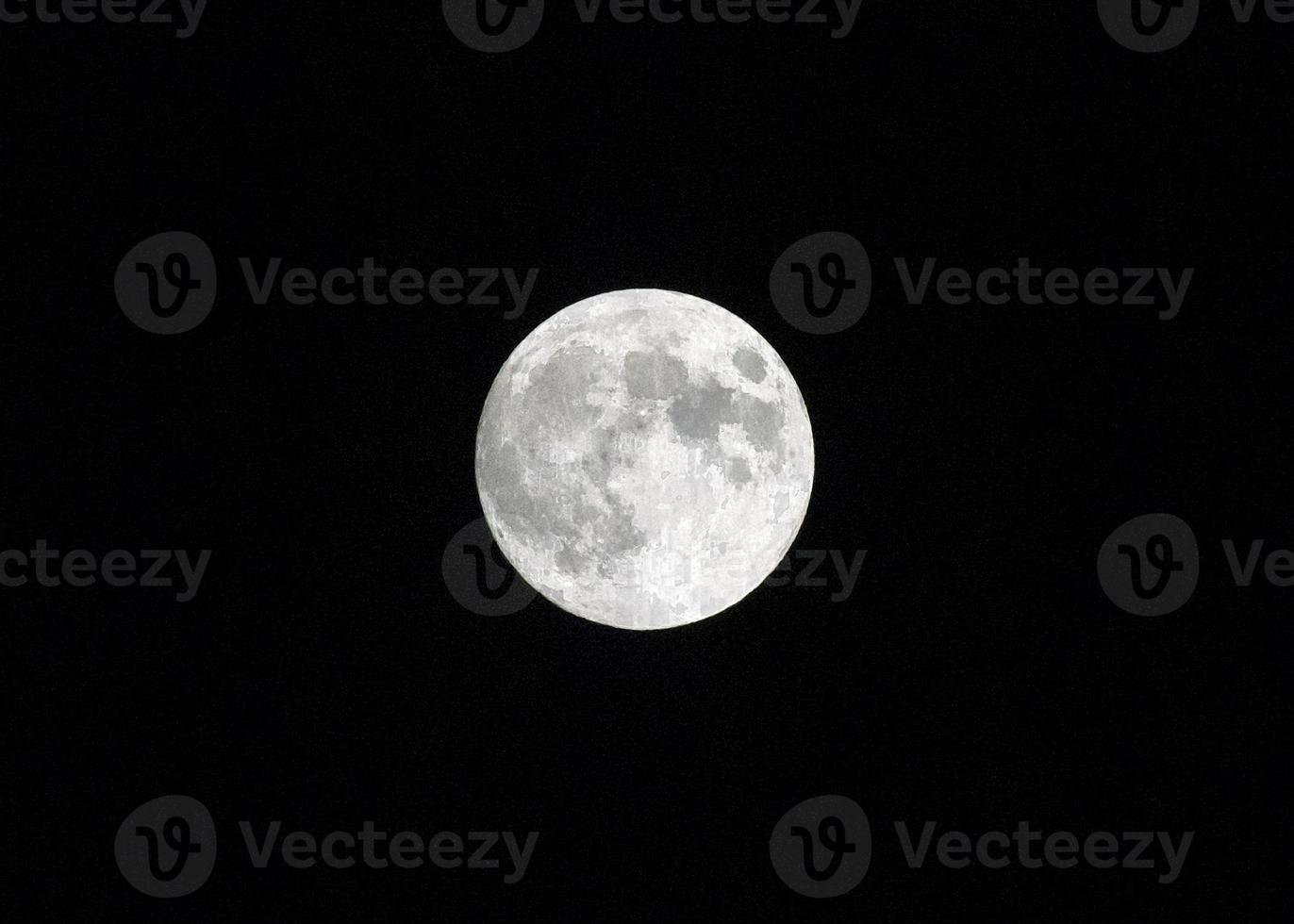 luna llena blanca en un cielo oscuro foto