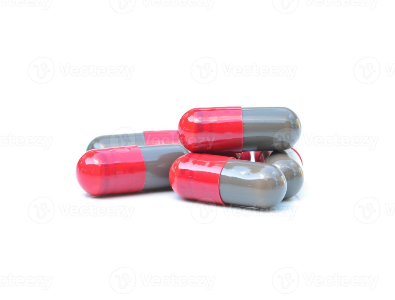 Cápsulas médicas sobre fondo blanco. foto