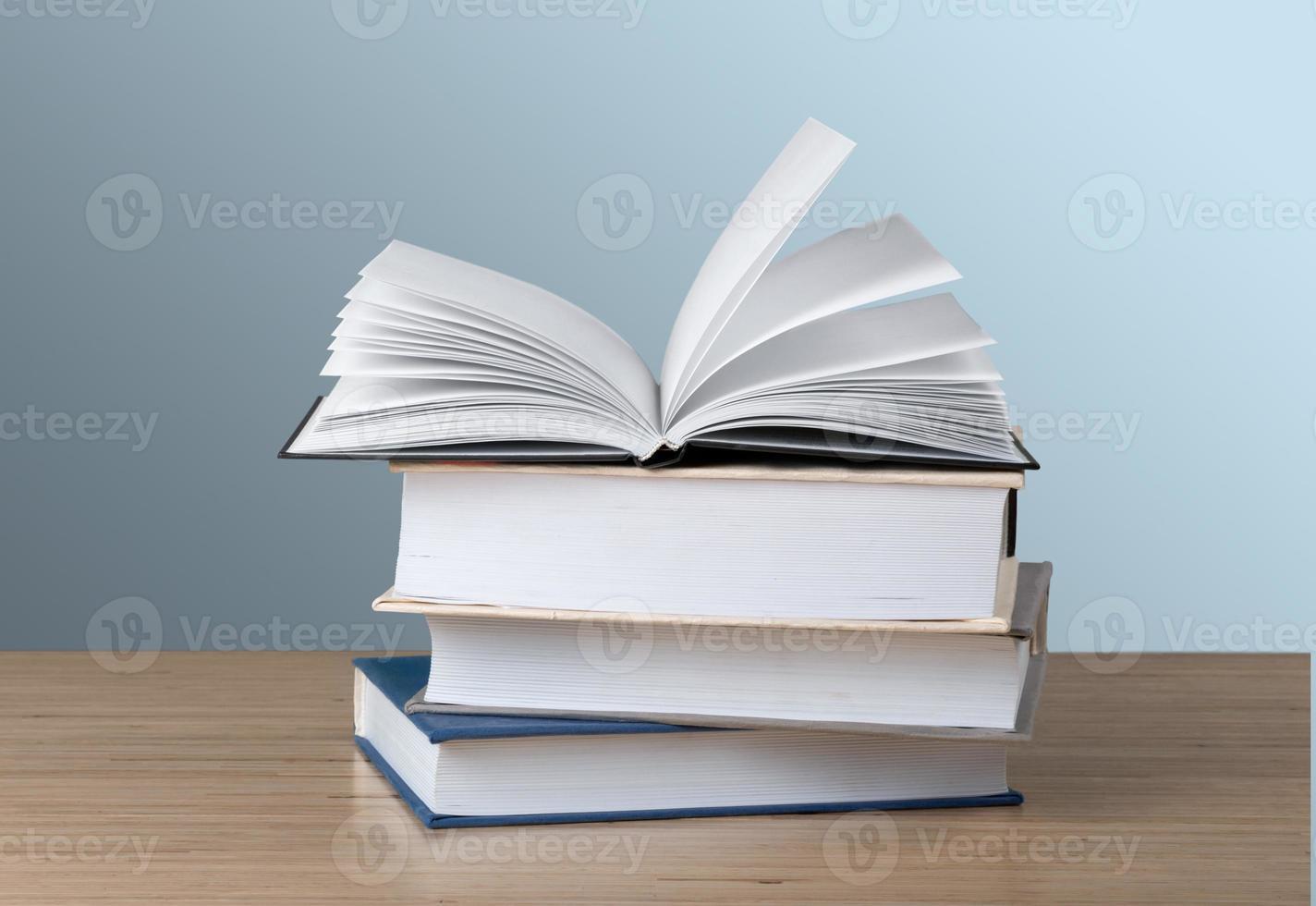 libro. una pila de libros con biblioteca en la parte de atrás foto