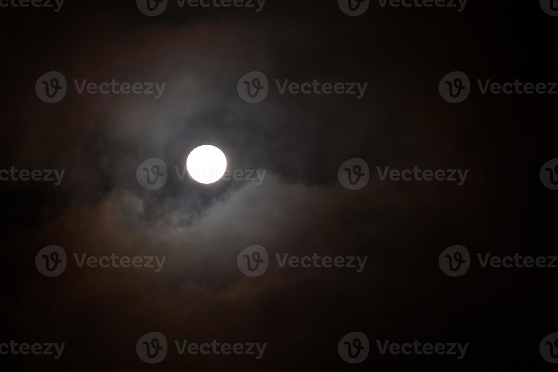 luna llena brillando en el cielo oscuro foto
