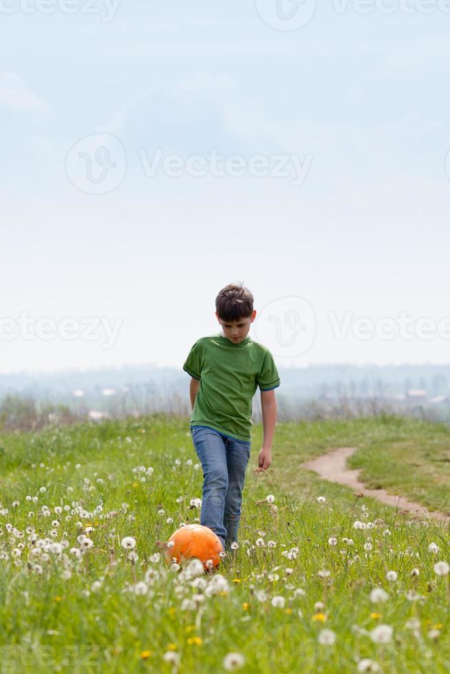 chico guapo con fútbol al aire libre foto