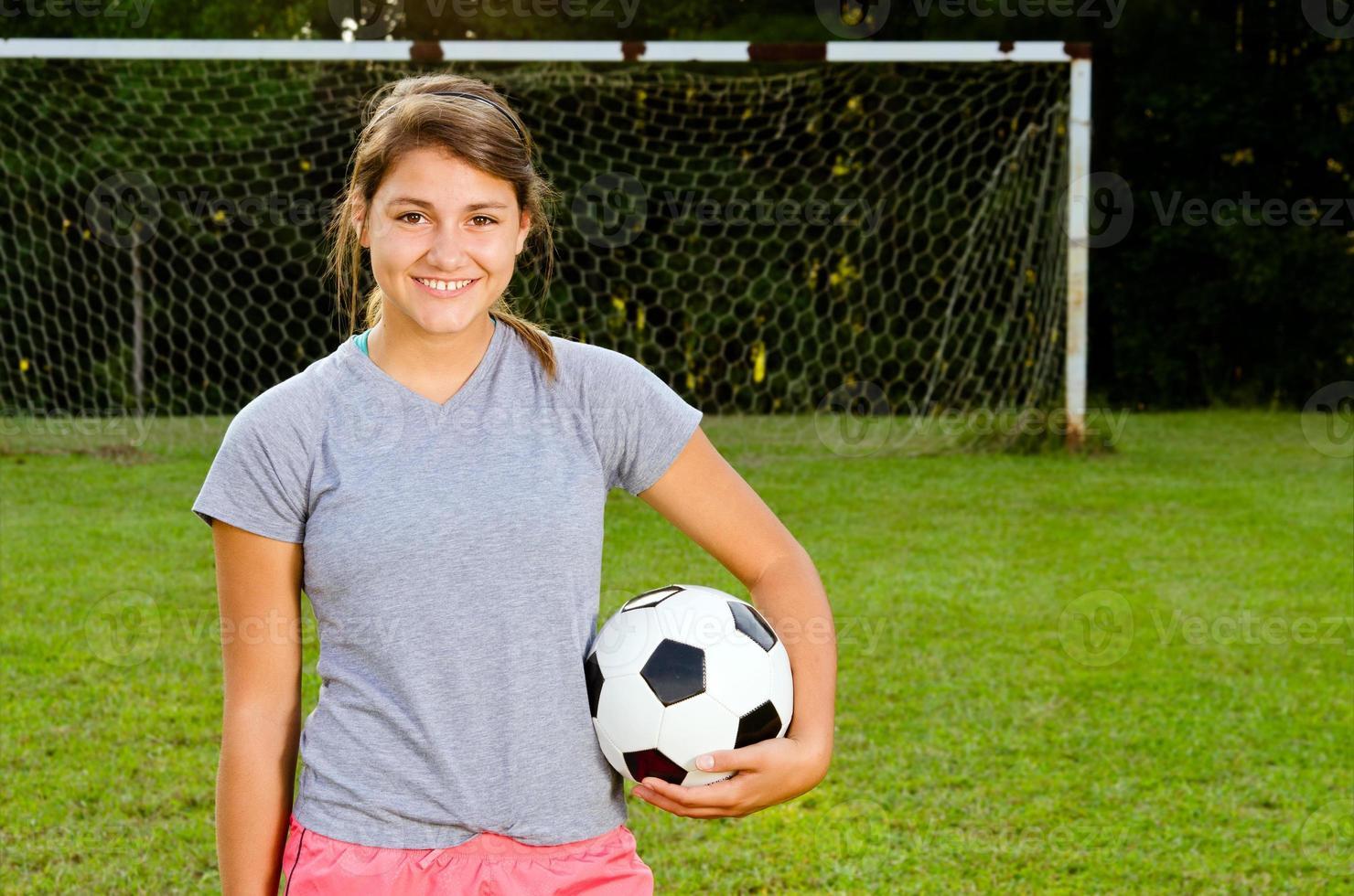 Retrato de jugador de fútbol de niña adolescente foto