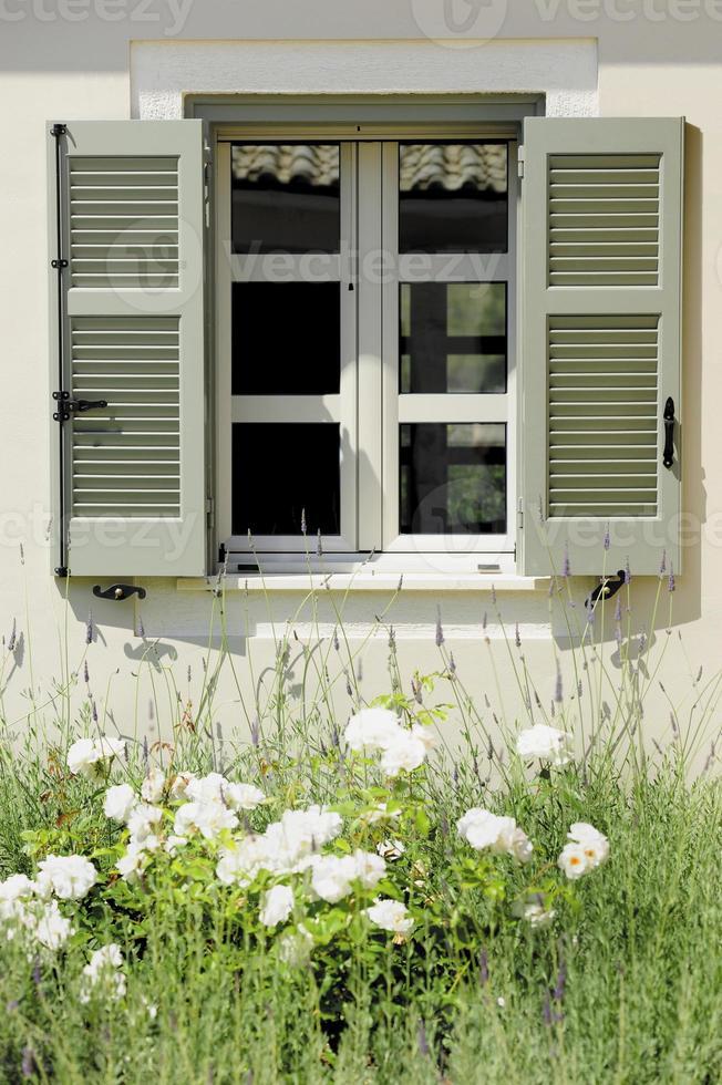 fenêtre avec volets photo