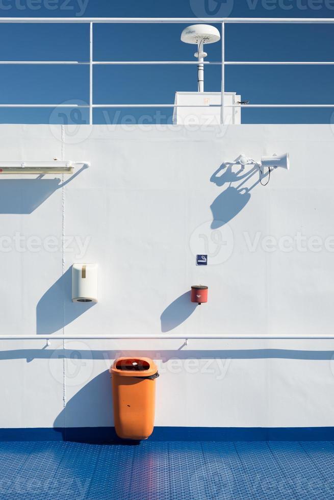 pared blanca en la cubierta de un ferry de pasajeros foto