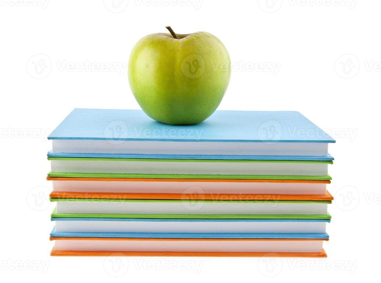 manzana y libros foto