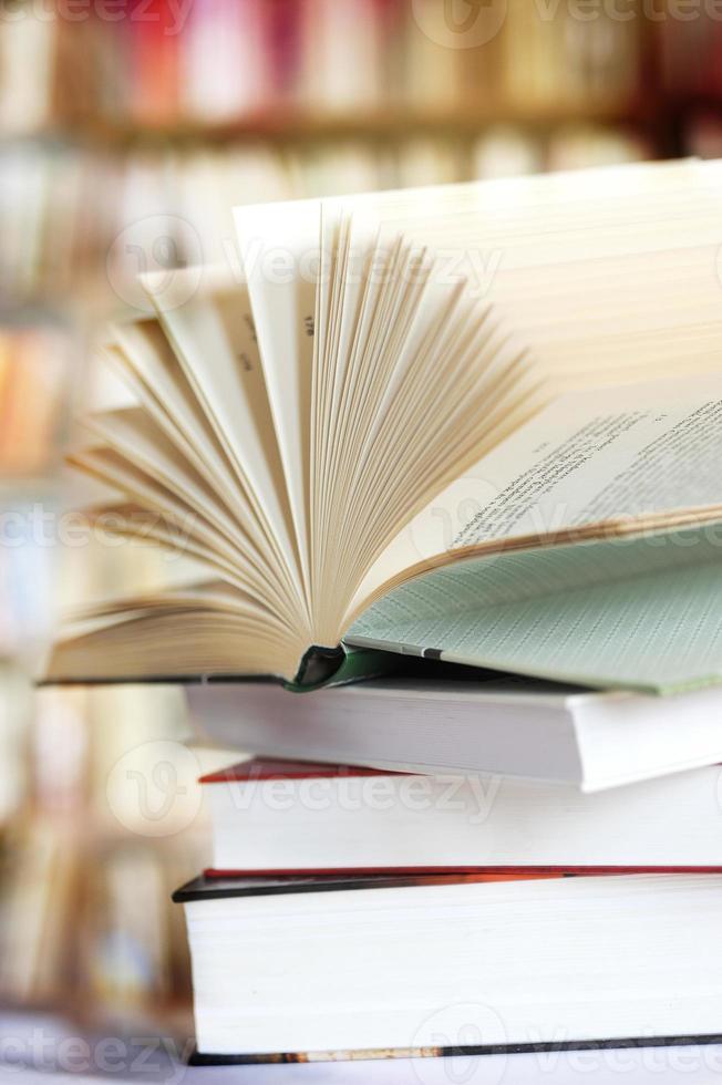 libro abierto en interior foto