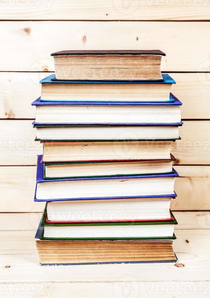 Libros antiguos en un estante de madera. foto