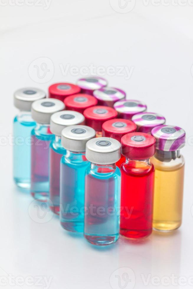 la vacuna y una jeringa hipodérmica foto